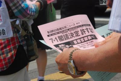 7月1日博多駅前街宣④ビラを読む人