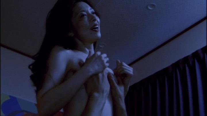 【完全なる飼育】有森也実のヌード&濡れ場、乳首と絡み胸揉で乳首隠し終