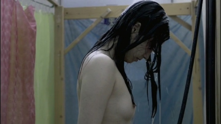 【完全なる飼育】前川伶早のヌード、シャワーを浴びての乳首披露