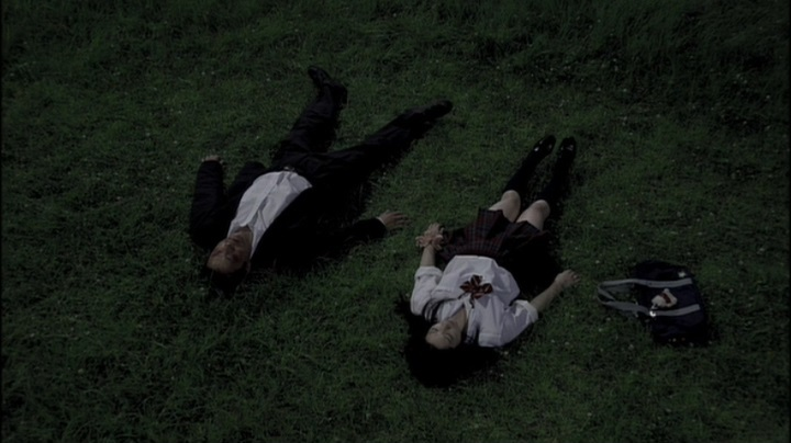 【完全なる飼育】前川伶早のヌード、草の上で寝転がる2人
