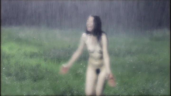 【完全なる飼育】前川伶早のヌード、雨の中でヘアヌード