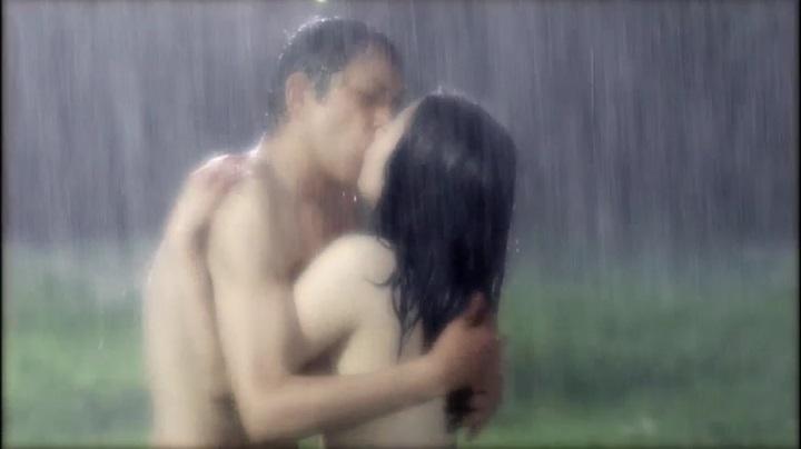 【完全なる飼育】前川伶早のヌード、雨の中で全裸でキス