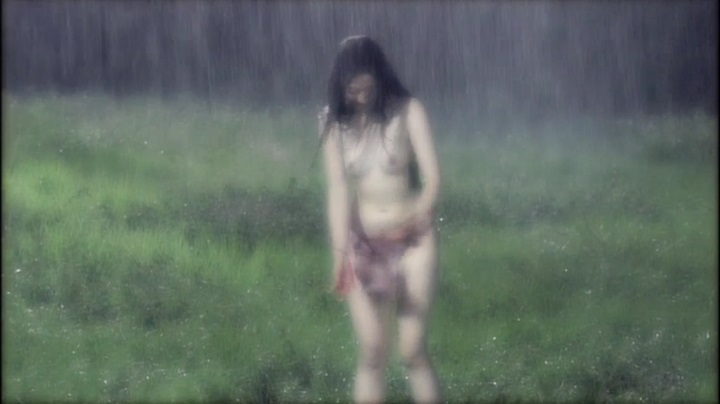 【完全なる飼育】前川伶早のヌード、雨の中で乳首披露