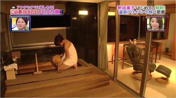 釈由美子、お宝入浴第2弾のホテルうみね、掛け湯する釈氏