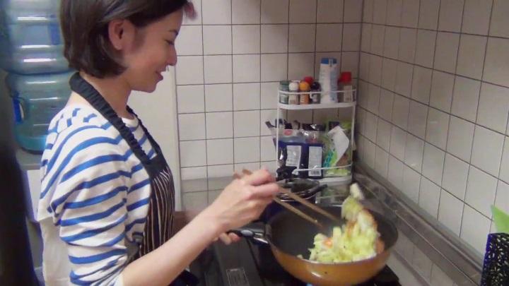 大人AKB、塚本まり子がCM&グラビアに登場!料理シーンでフライパン返し