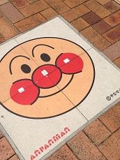 石畳にアンパンマン。