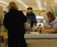 「客がいない時、レジ店員が椅子に座るのはどうしてダメなのか?」 ネットの投稿が話題に