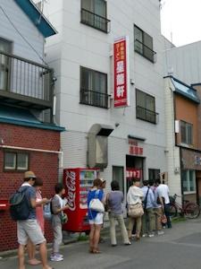 行列のできる中華料理店