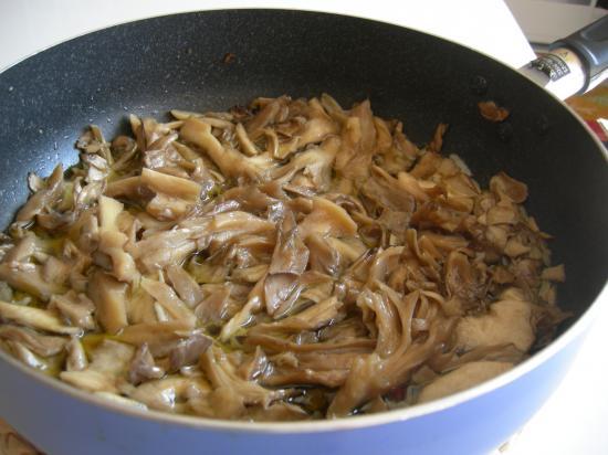 ジャンボ舞茸と牡蠣のアヒージョ②