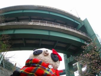 おばぶループ橋を見上げる