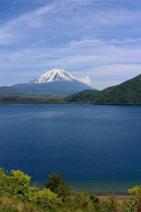 富士と本栖湖畔
