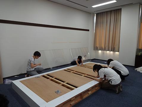 展示台を組み立てる