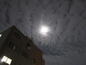 秋の雲とスーパームーン