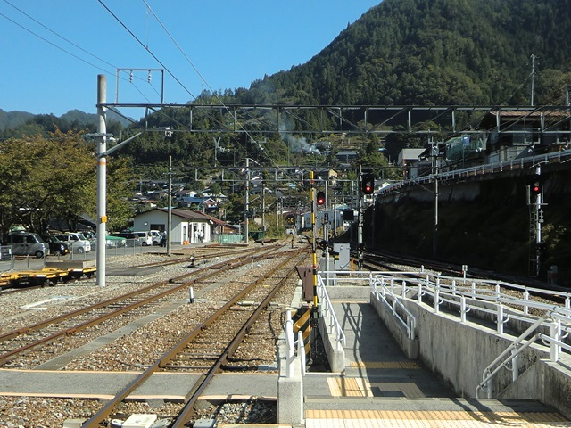 平岡駅ホームから天竜峡方面を眺めて