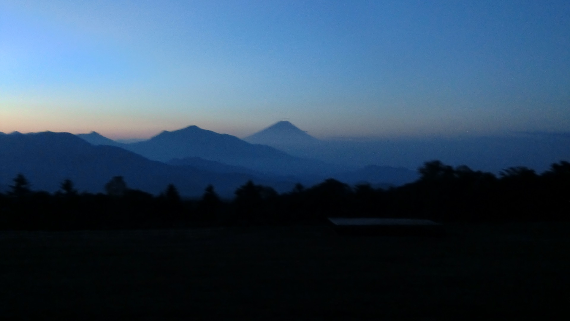 牧草地から見た夜明けの富士山