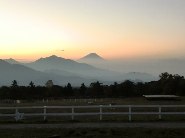牧草地から見た朝焼けの富士山