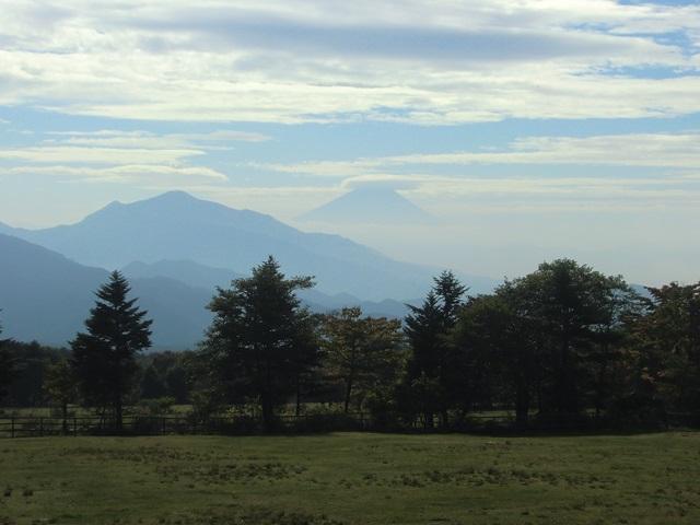 日が登ってから牧草地で見た富士山、その1