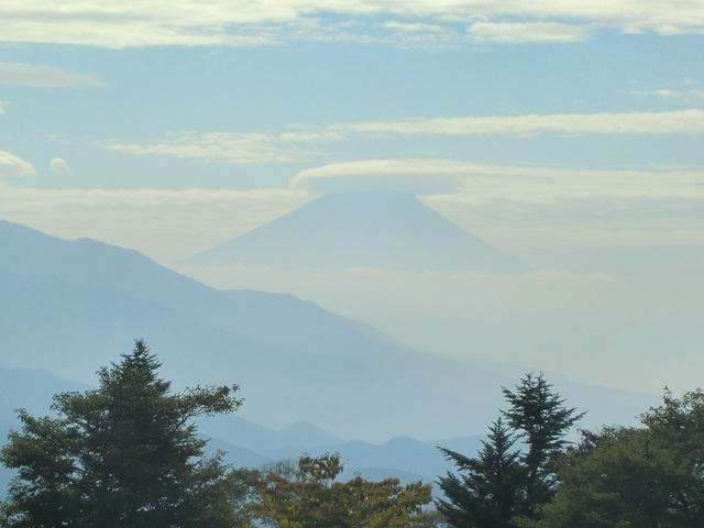 日が登ってから牧草地で見た富士山、その2