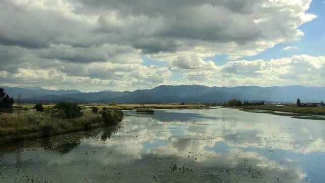 福島潟の鏡のような湖面