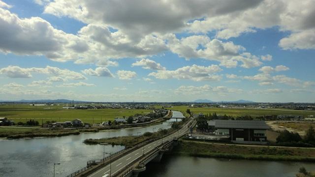 福島潟から西方面に広がる青空