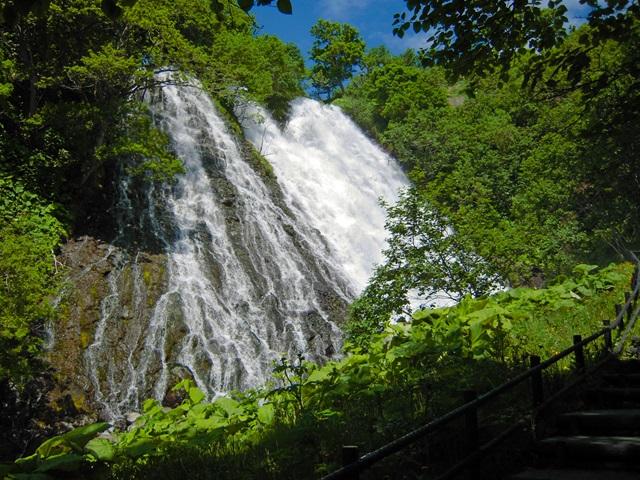 間近で見たオシンコシンの滝