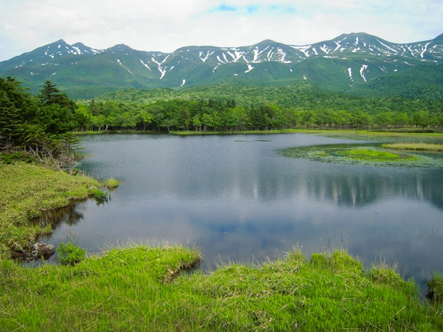 湖畔展望台から見た一湖と知床連山