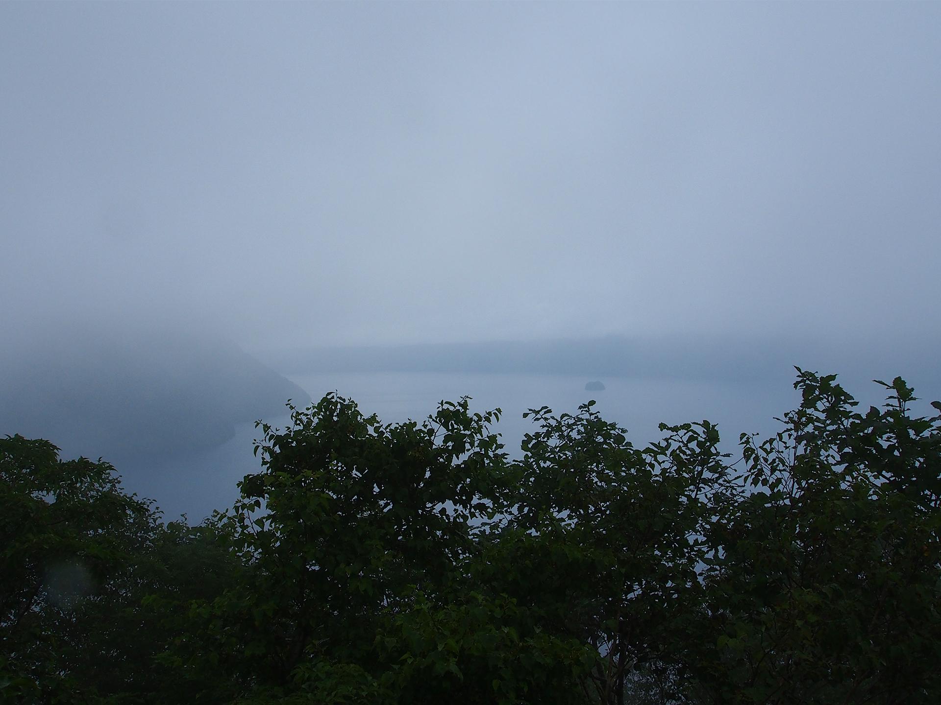 霧が漂う摩周湖