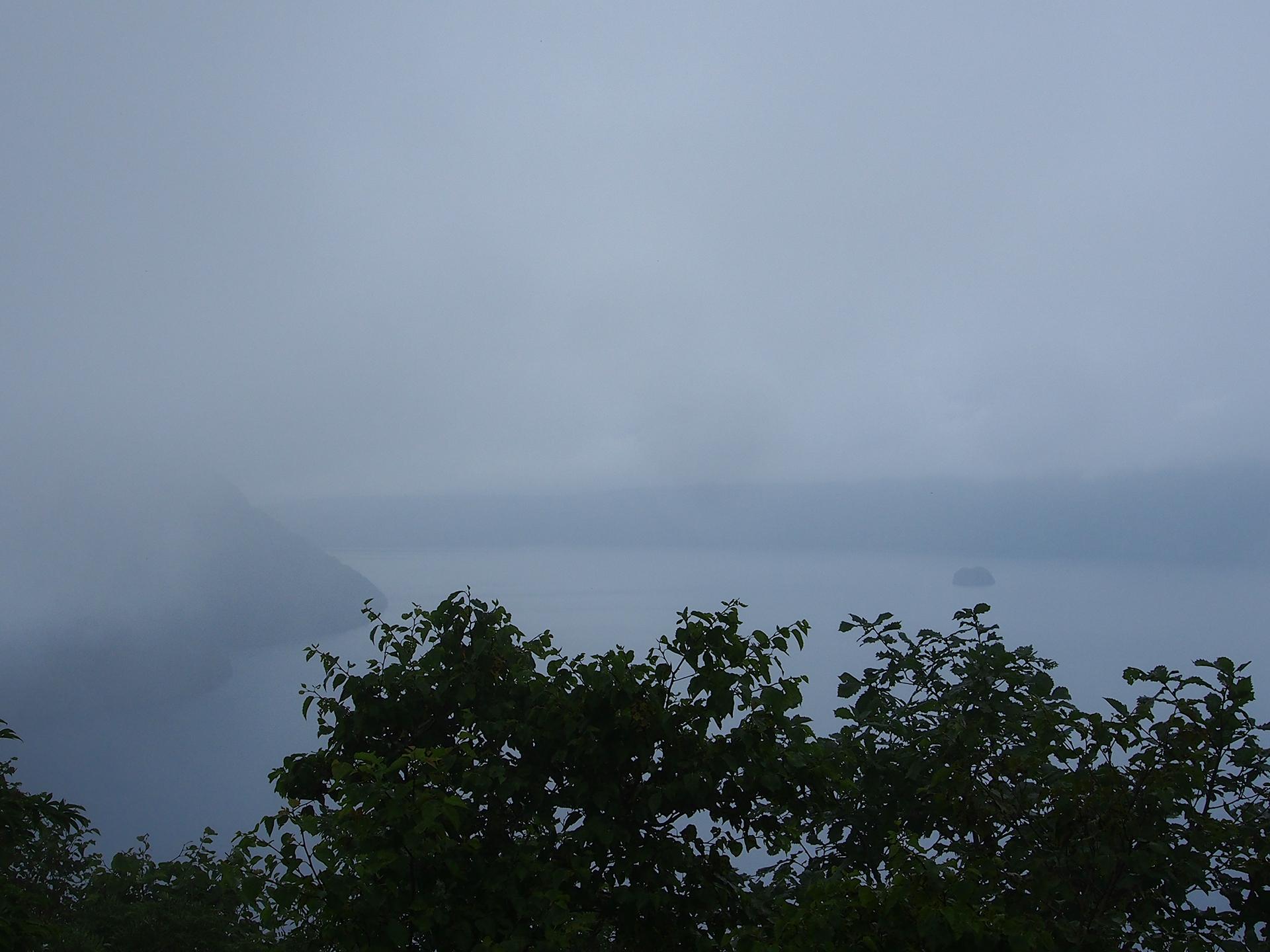 薄っすらと見える摩周湖