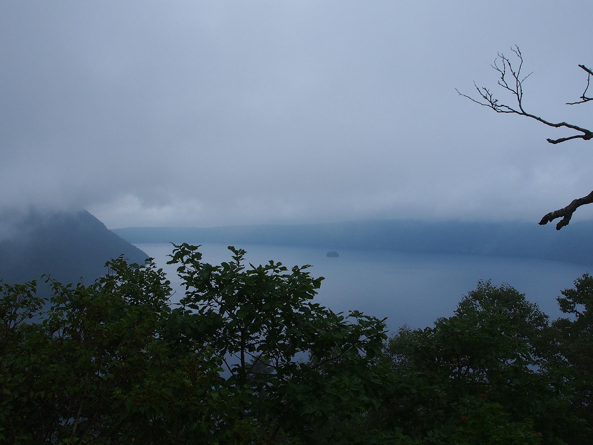 霧が晴れてきた摩周湖