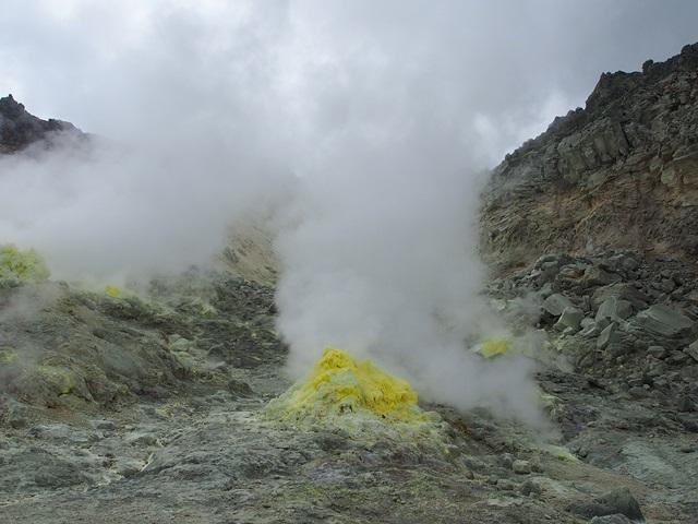 噴出口から吹き出る硫黄ガス