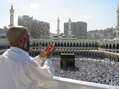 Supplicating_Pilgrim_at_Masjid_Al_Haram__Mecca,_Saudi_Arabia