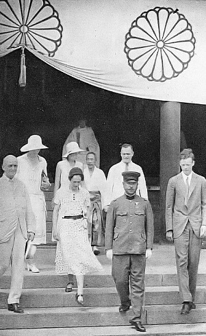 Charles_Lindbergh_and_his_wife_visit_to_the_Yasukuni_Shrine.jpg