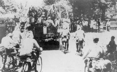 Japanese_troops_move_through_Java.jpg