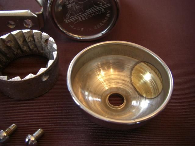 ヘッドカバーの内側がメッキ不良で、丸く真鍮色が出ている部分が見えます。