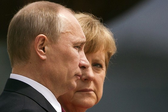 プーチン露大統領(左)とメルケル独首相