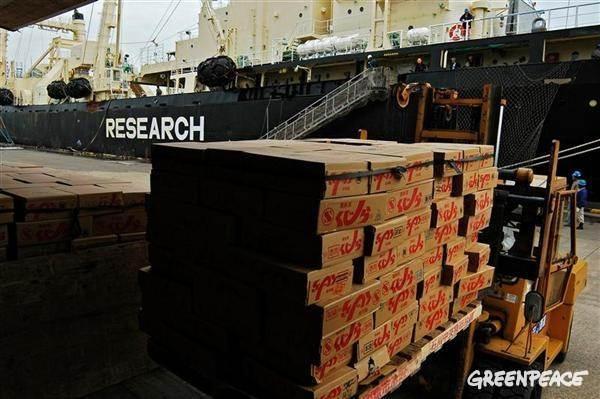 調査捕鯨船から商品用に加工された鯨肉が運ばれる