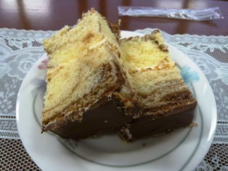 トーエ洋菓子店:マーブルケーキカット