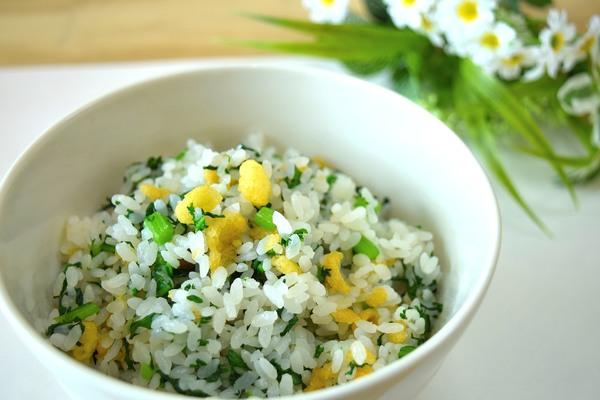 春菊と天かすの混ぜご飯♪600