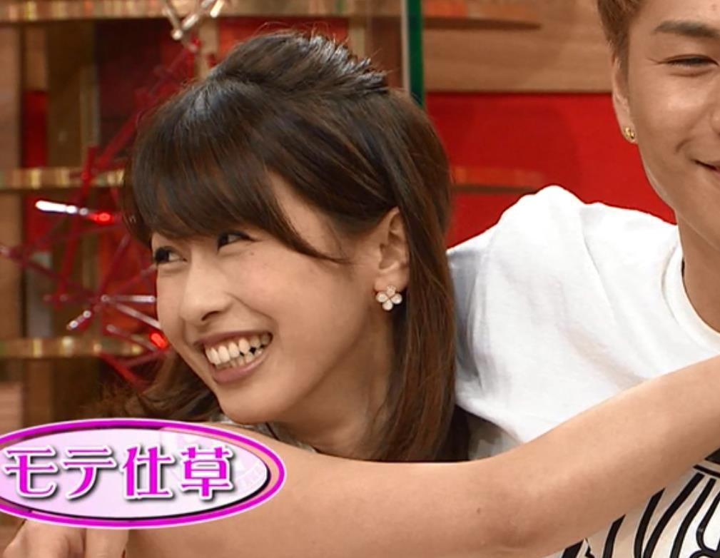 加藤綾子 男に抱き付くキャプ・エロ画像