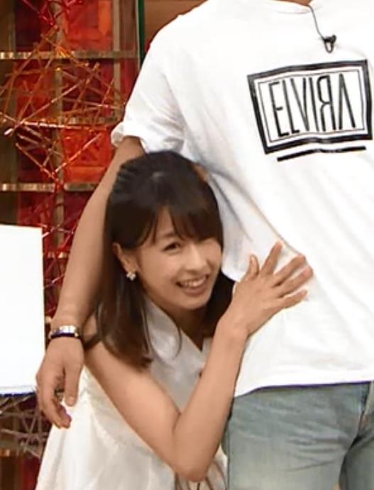 加藤綾子 男に抱き付くキャプ・エロ画像3