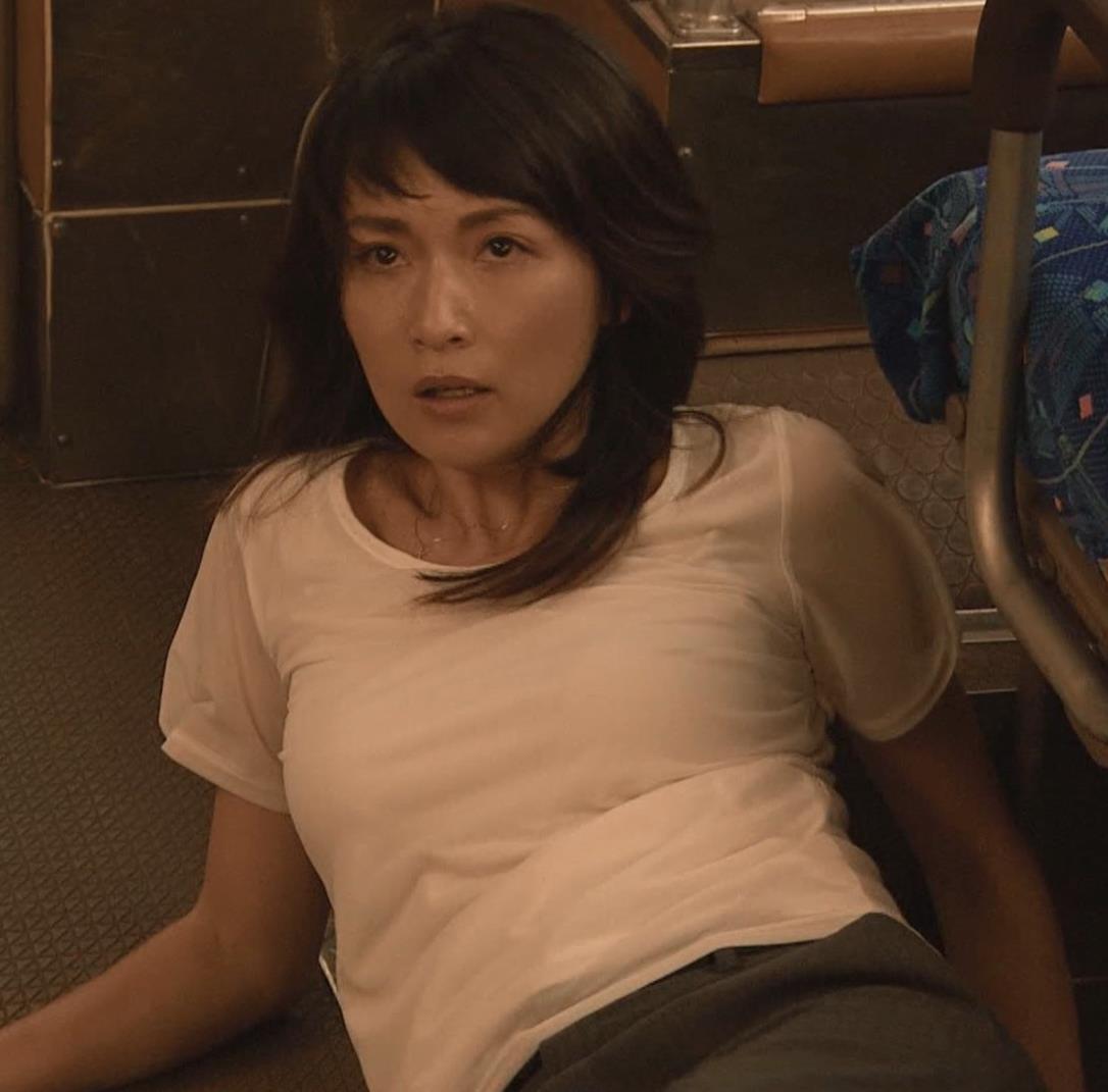長谷川京子 押し倒されているところキャプ・エロ画像2