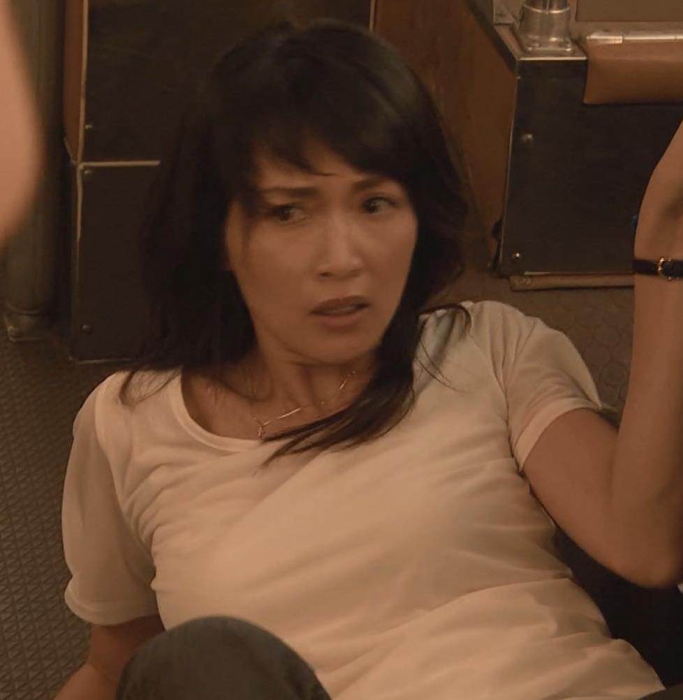 長谷川京子 押し倒されているところキャプ・エロ画像3