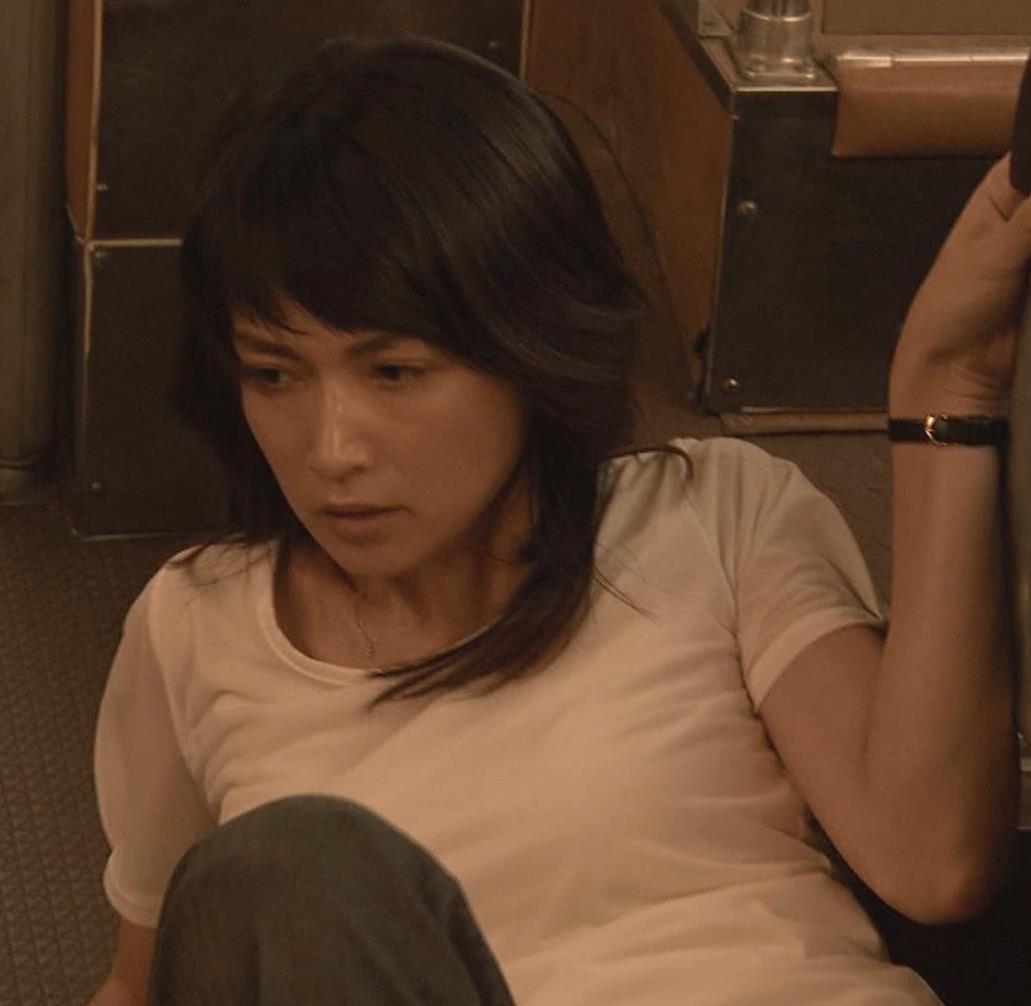 長谷川京子 押し倒されているところキャプ・エロ画像4
