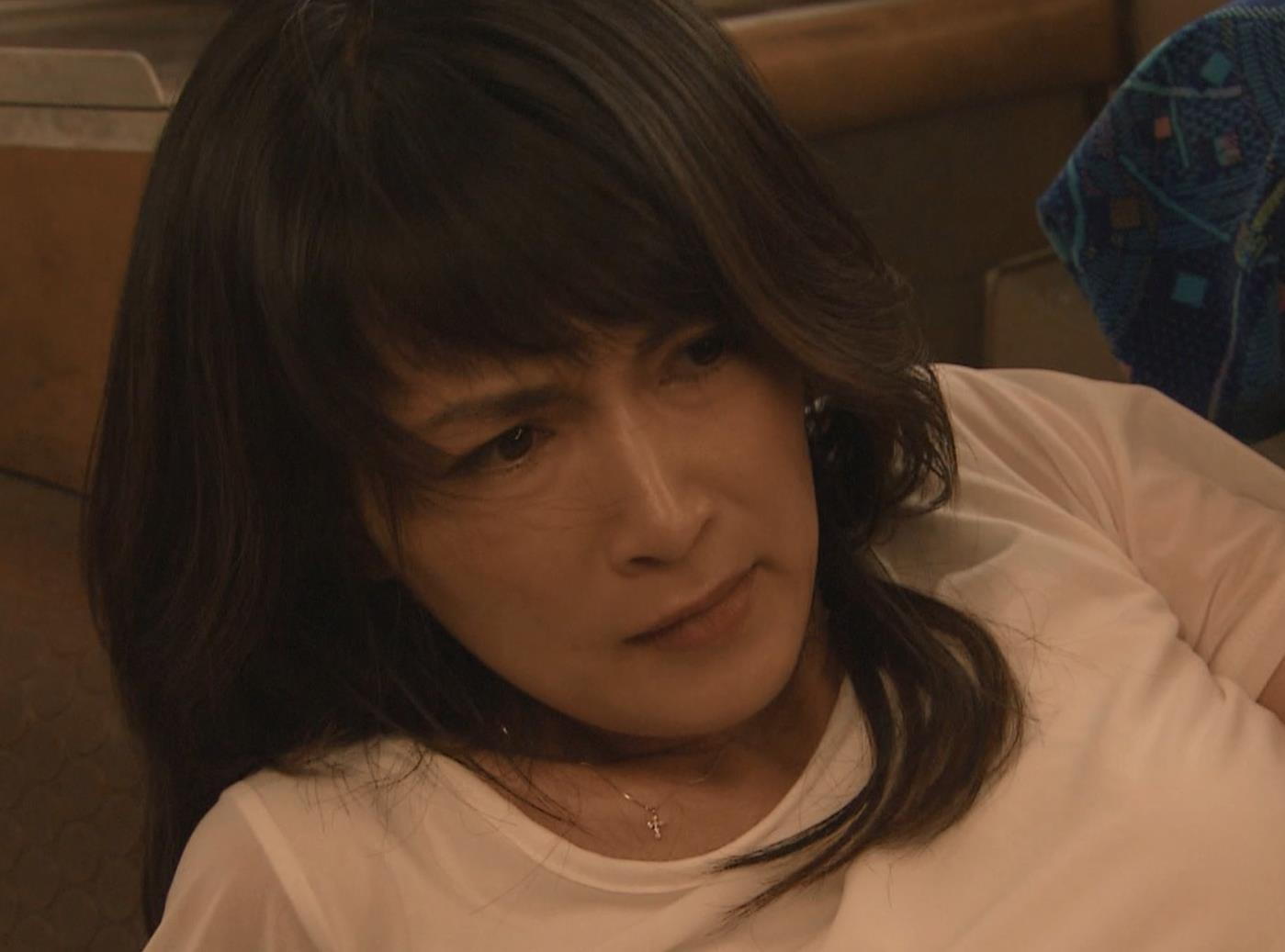 長谷川京子 押し倒されているところキャプ・エロ画像6