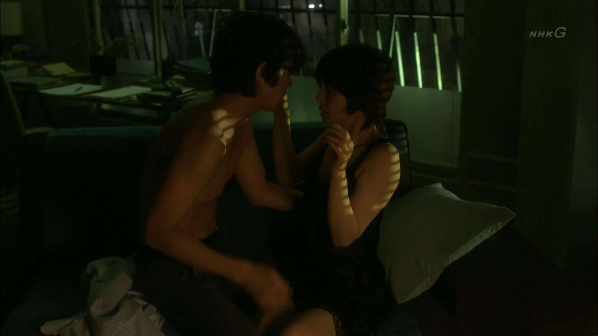 石田ゆり子 NHKのドラマで濃厚ラブシーンキャプ・エロ画像2