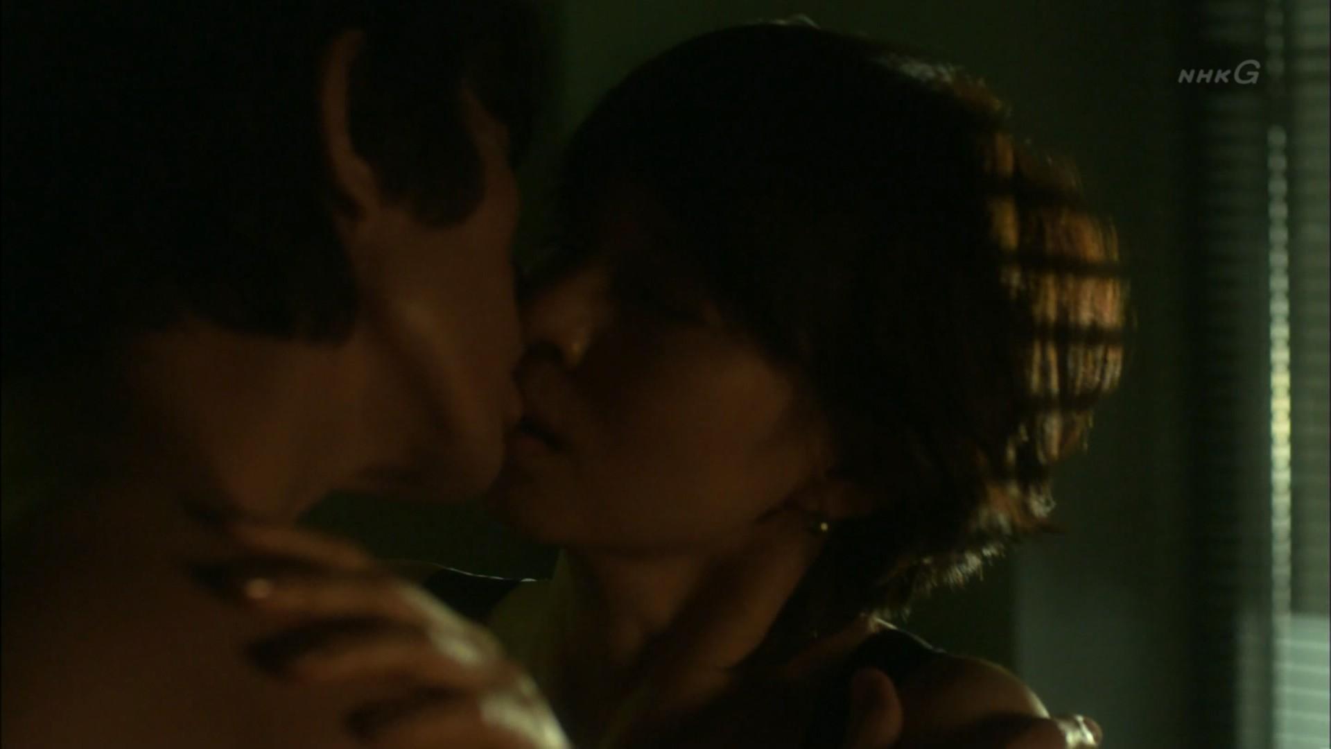 石田ゆり子 NHKのドラマで濃厚ラブシーンキャプ・エロ画像5