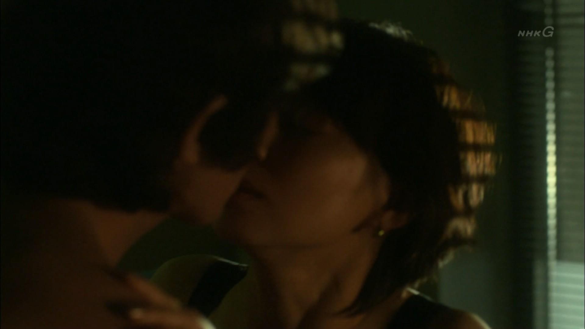 石田ゆり子 NHKのドラマで濃厚ラブシーンキャプ・エロ画像6
