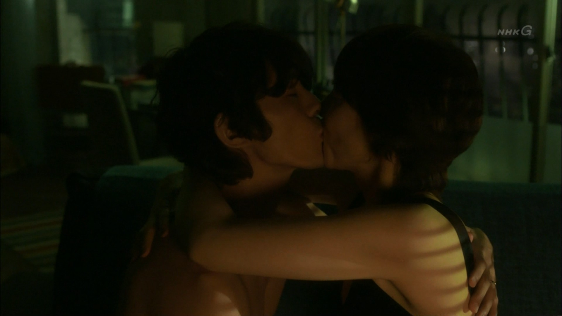石田ゆり子 NHKのドラマで濃厚ラブシーンキャプ・エロ画像9