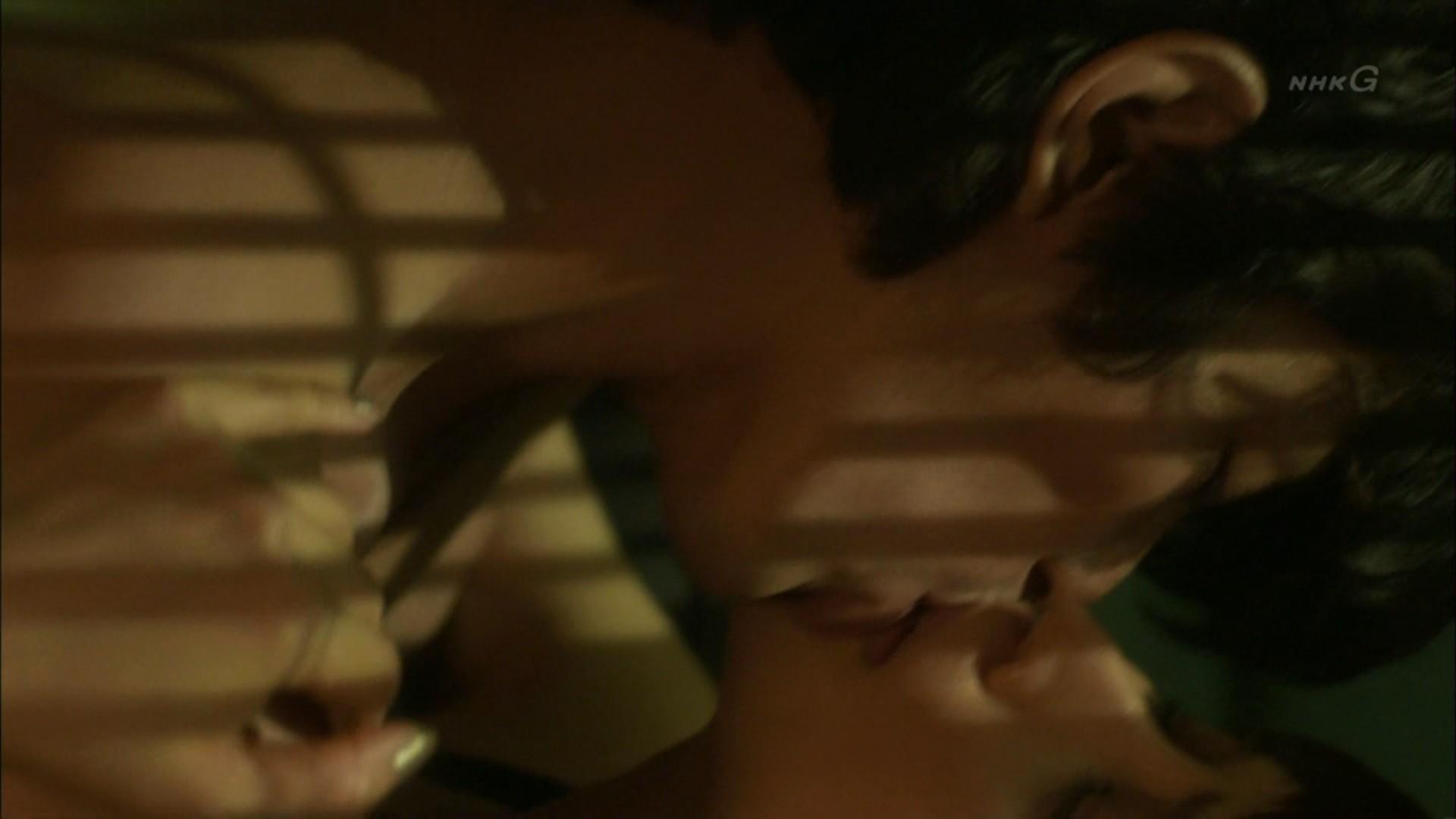 石田ゆり子 NHKのドラマで濃厚ラブシーンキャプ・エロ画像10