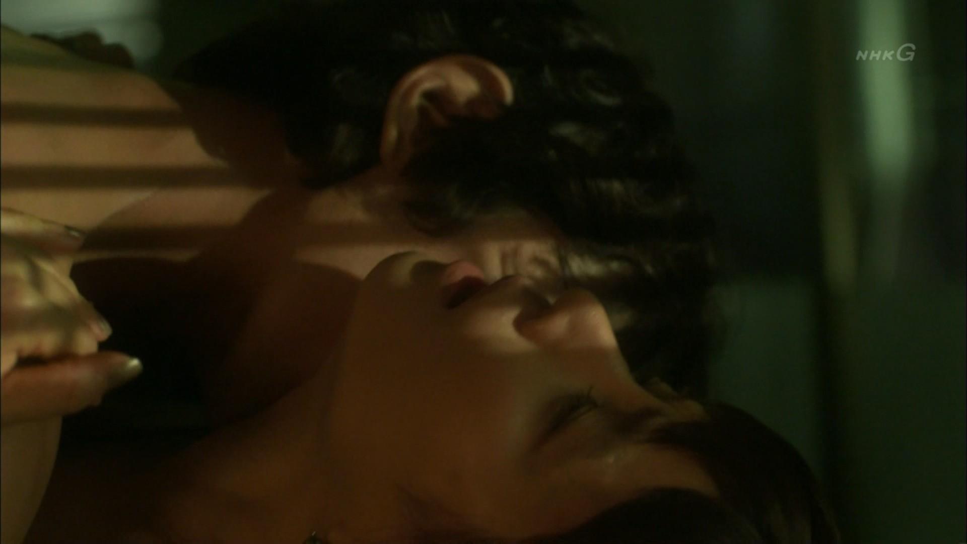 石田ゆり子 NHKのドラマで濃厚ラブシーンキャプ・エロ画像12